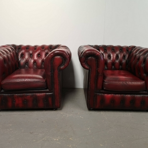 Fauteuils club chesterfield cuir rouge antique