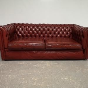 Canapé chesterfield vieux rouge trois places
